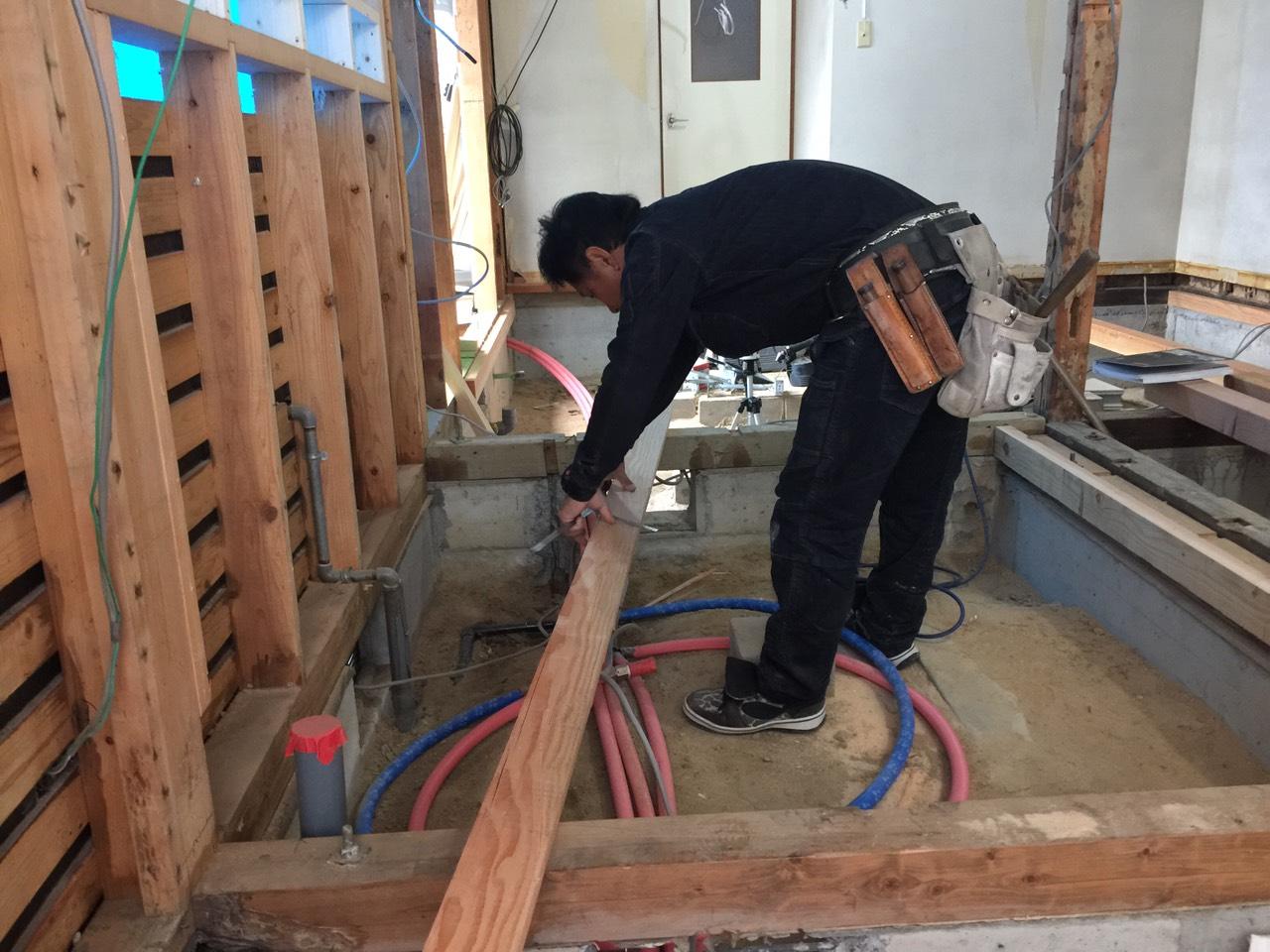 早島町リフォーム工事 床工事中の写真