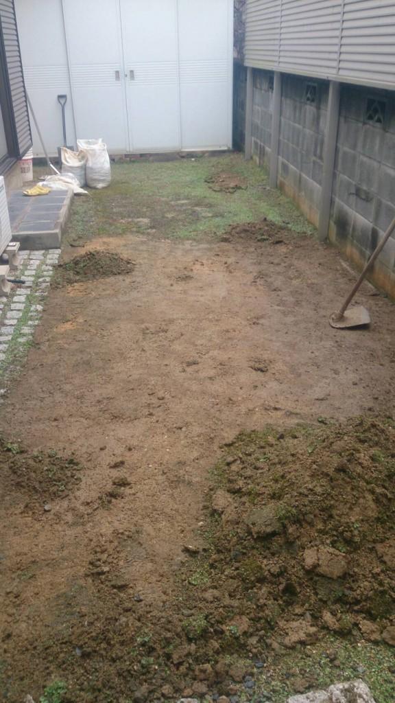 早島町庭の土入れ替え工事 工事中の写真①