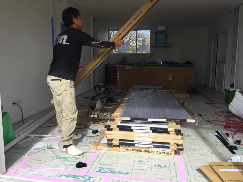 早島町若宮新築工事 建具吊り工事中の写真
